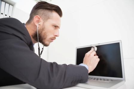человек прослушивает ноутбук