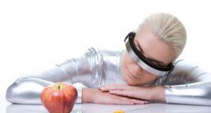 девушка в кибер очках смотрит на яблоко