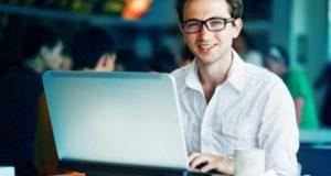 блогер за ноутбуком.