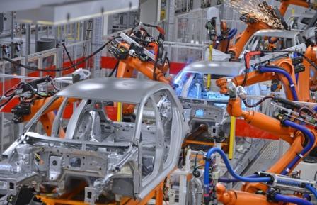 роботы собирают машины